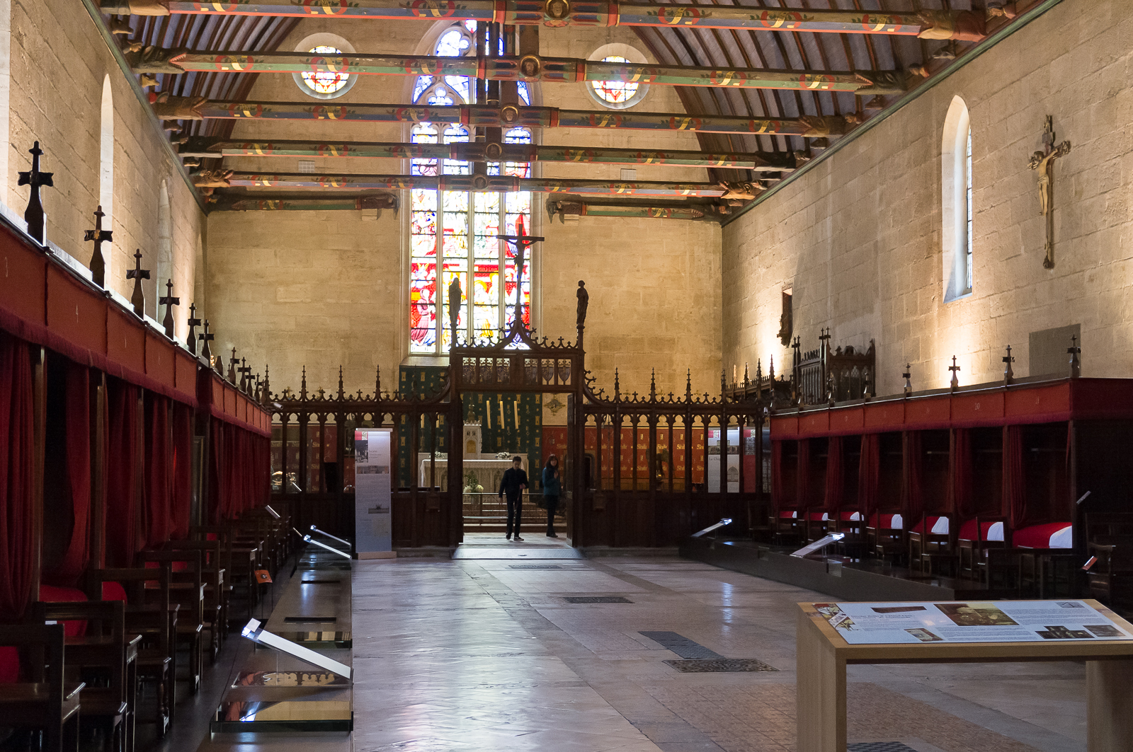 Room of the poor lined with hospital beds, the rood screen and chapel - Photo by Asgeir Pedersen, Spots France